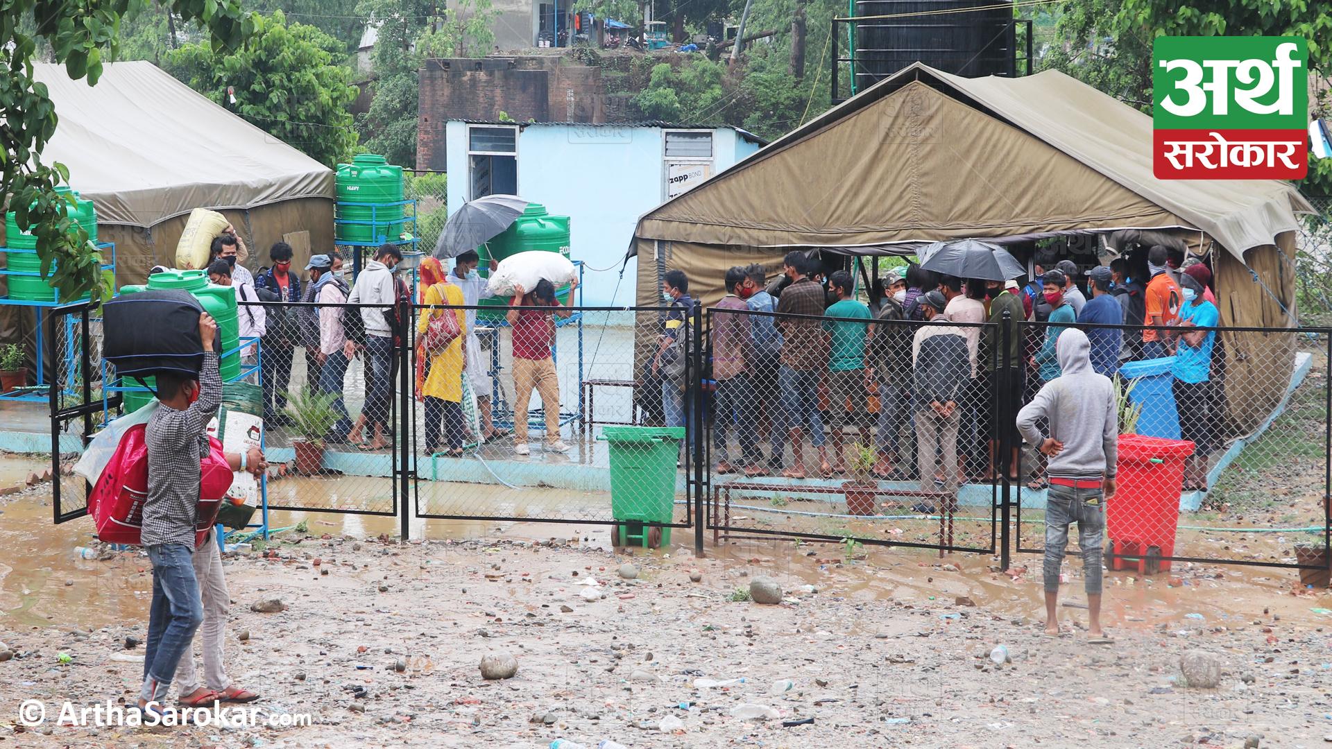 गौरिफन्टा नाकाः रोकिएन स्वदेश फर्कनेको लर्को, झरीमा रुझ्दै एन्टिजोन परिक्षणका लागि लाईनमा बस्दै नागरिक ! (फोटो-कथा)